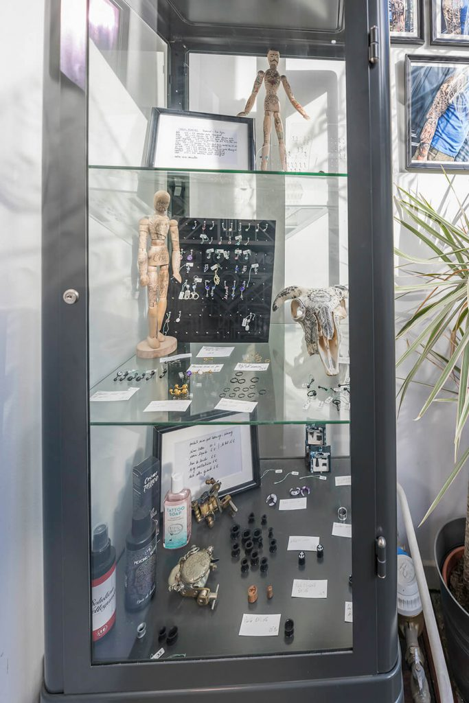 Cosmopolitan Tattoo Bayonne - vitrine des piercing