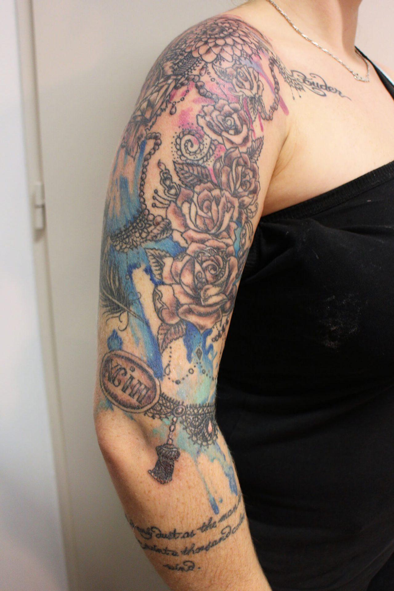 Cosmopolitan Tattoo - Création bras femme, motif floral, tatouage aquarelle , couleur girly