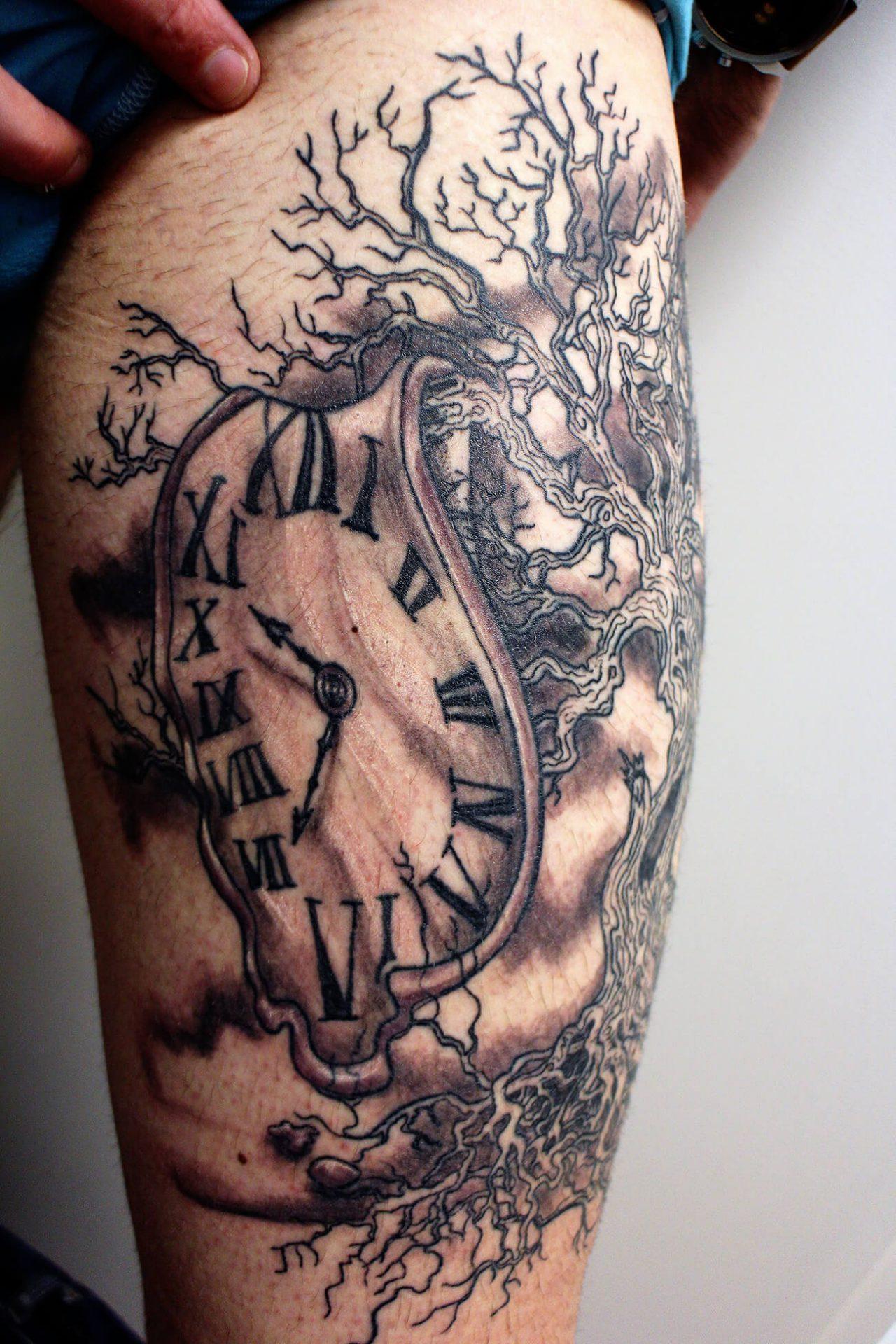 Cosmopolitan Tattoo - Création free hand, tatouage onirique, noir et gris , montre molle