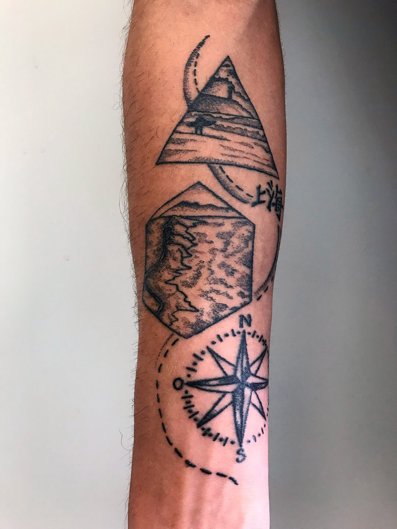 Cosmopolitan Tattoo - Création tatouage dot, avant bras homme, tatouage surfeur côte basque, noir et blanc