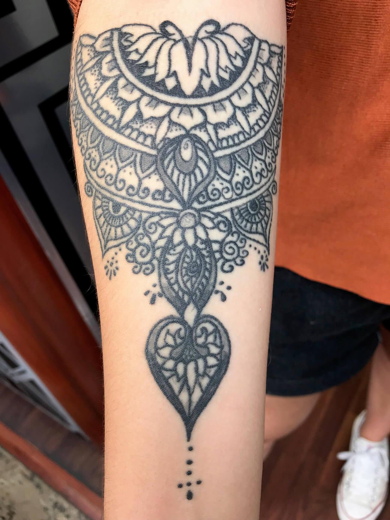 Cosmopolitan Tattoo - Demi manchette femme, tatouage henné, tatouage éthique, motif unique, ligne fine