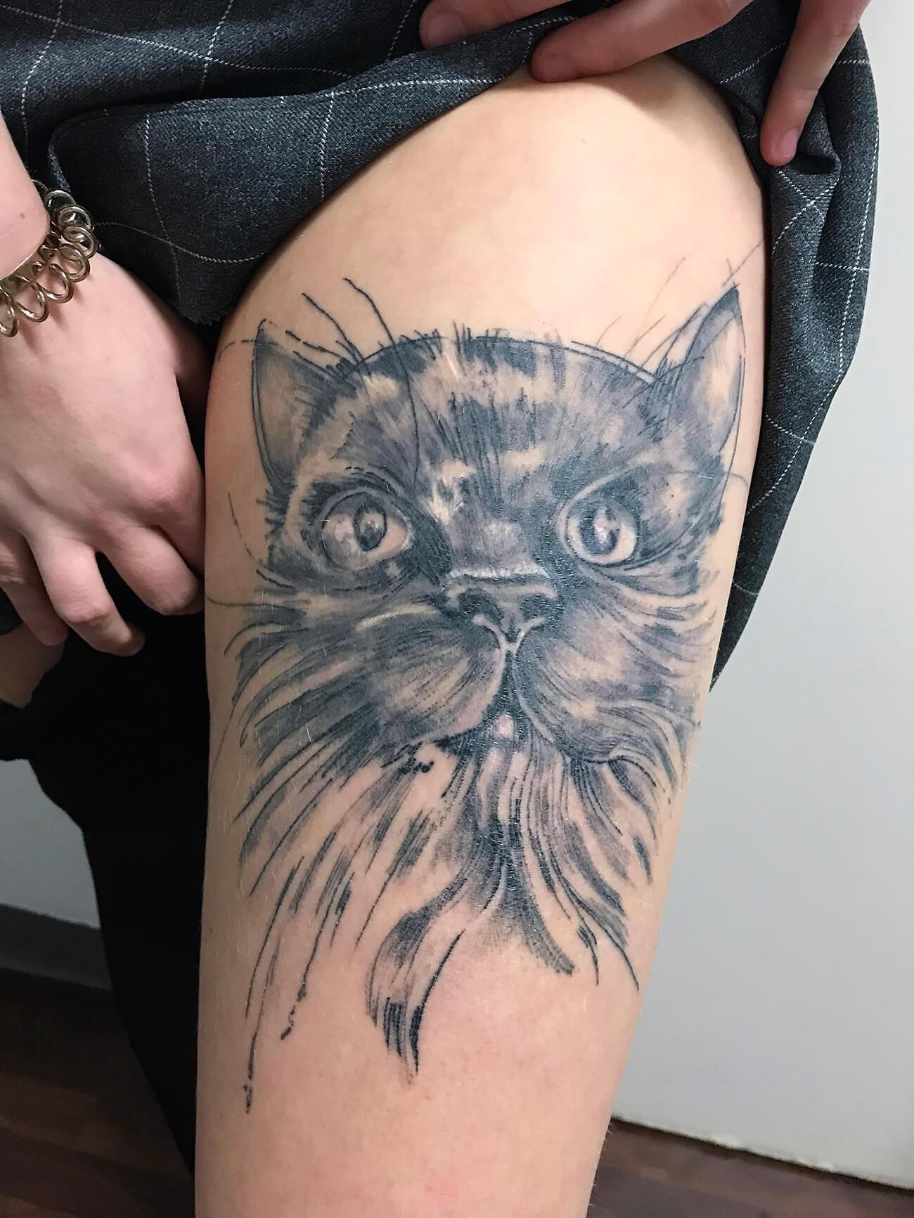 Cosmopolitan Tattoo - Dessin unique, portrait animalier hyperrealiste, esquisse chat, cuisse femme, noir et gris