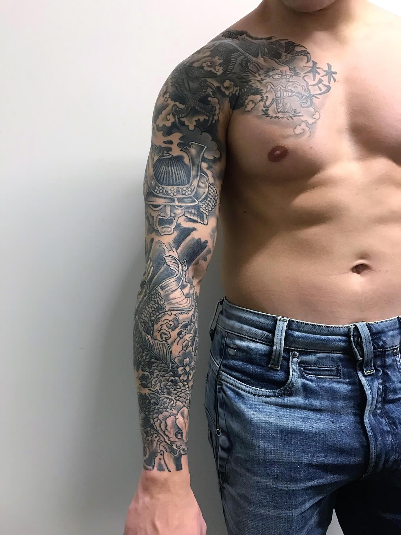 Cosmopolitan Tattoo Manchette Japonaise Homme Traditionnel Tatouage Noir Et Gris Dragon Samourai Carpe Koi