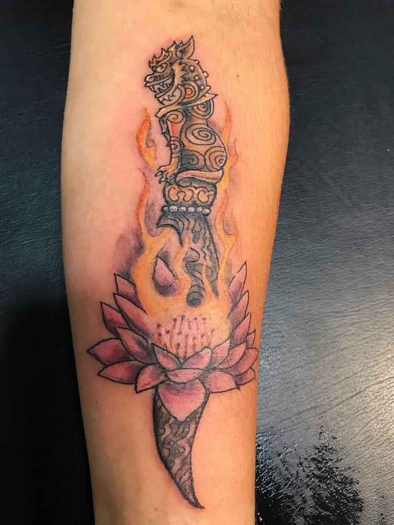 Tatouage avant bras homme, création, couteau amulette, inspiration tatouage thaïlandais, tatouage ethnique,couleur