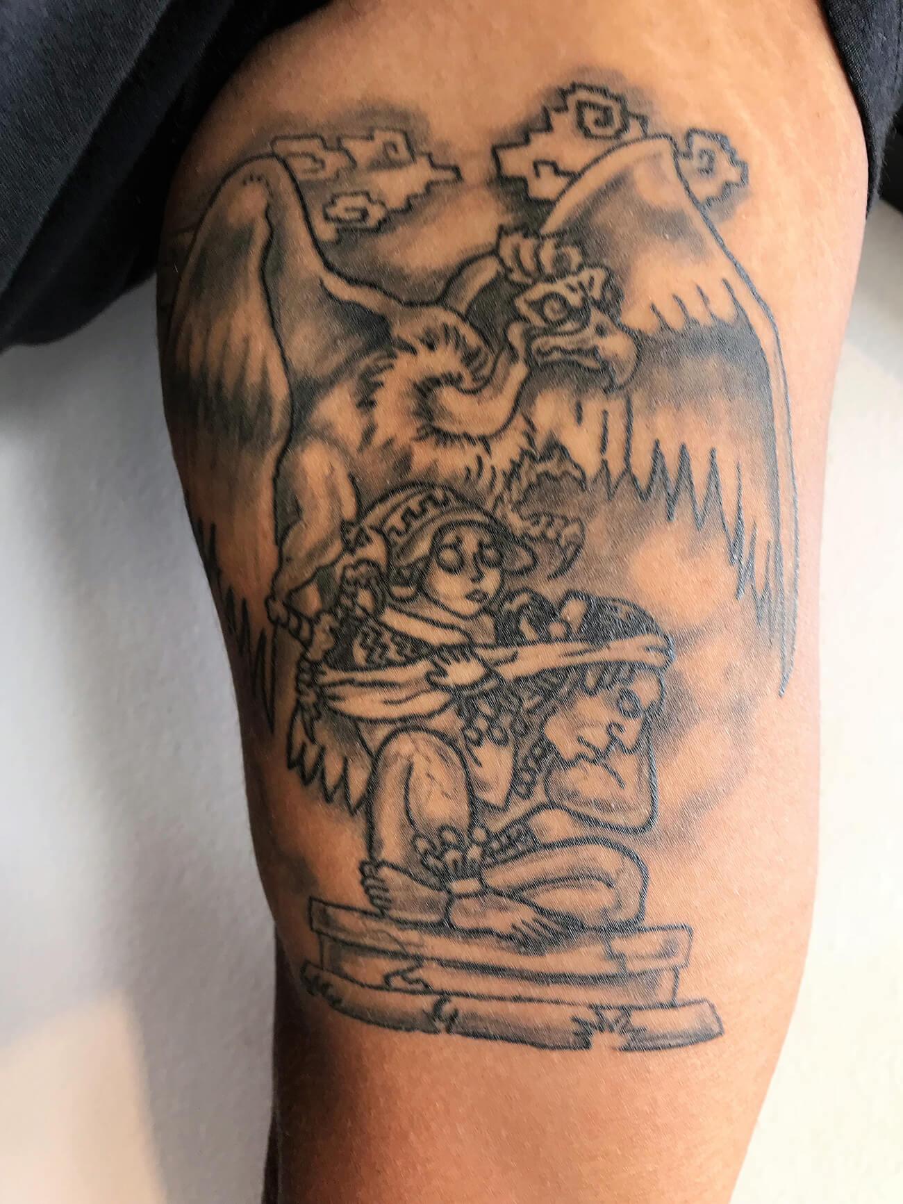 Tatouage intérieur biceps homme, tatouage amérindien, création unique, style précolombien